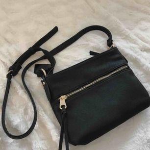 Jättefin axelremsväska som jag köote här på plick. Ingenting fel på väskan utan säljer vidare eftersom att den inte kommer till användning av mig :) frakt tillkommer💕 nypris 250