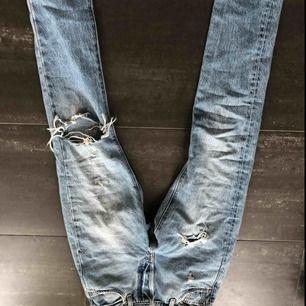 Ett par sjukt snygga Levis jeans 501, säljer de pga fel storlek😍😍😍 säljs för 400kr❤️storlek s. Pris går att diskutera