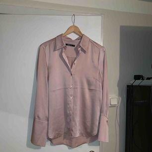 Puderrosa satin skjorta från Ginatricot, knappt använd!