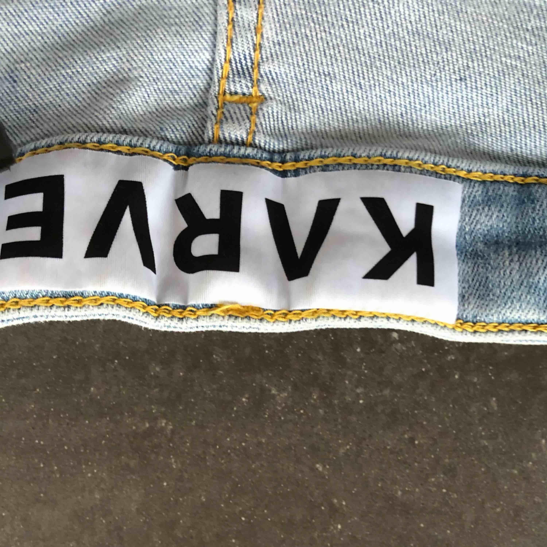 Snygga ljusa jeans från karve med slitningar😍😍 älskar dessa jeans men det är tyvärr fel storlek, så de har inte används alls mycket, köpte de för ca 600kr, säljer de för 150kr❤️. Jeans & Byxor.