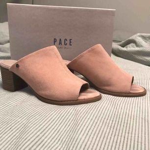 """Säljer dessa superfina skorna från märket """"Pace"""" som är köpta på Din sko. Har endast använt dem i gång pga att dem är för små för mig. De kostar 200kr och kan fås med kartongen men de gör den eventuella frakten dyrare. Köparen sår för frakten"""