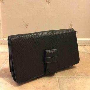 Snygg väska med krokodildesign och insydd spegel, väldigt sällan använd ca 1-2gg