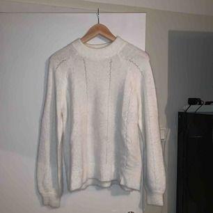 Stickad tröja i lurvigt material från Cubus, i fint skick!