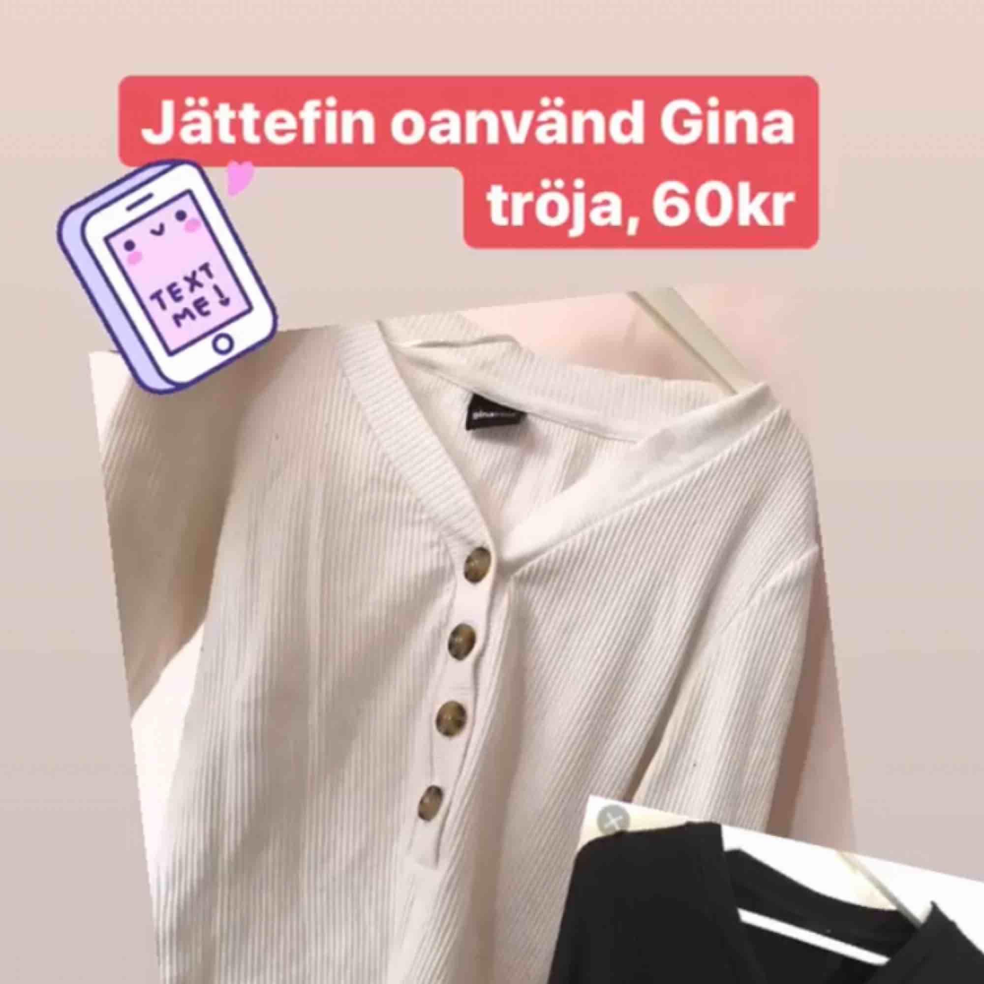 Fin tröja med knappar från Gina ☺️ använd 2-3 ggr, strl S. (Det är den vita tröjan!). Tröjor & Koftor.
