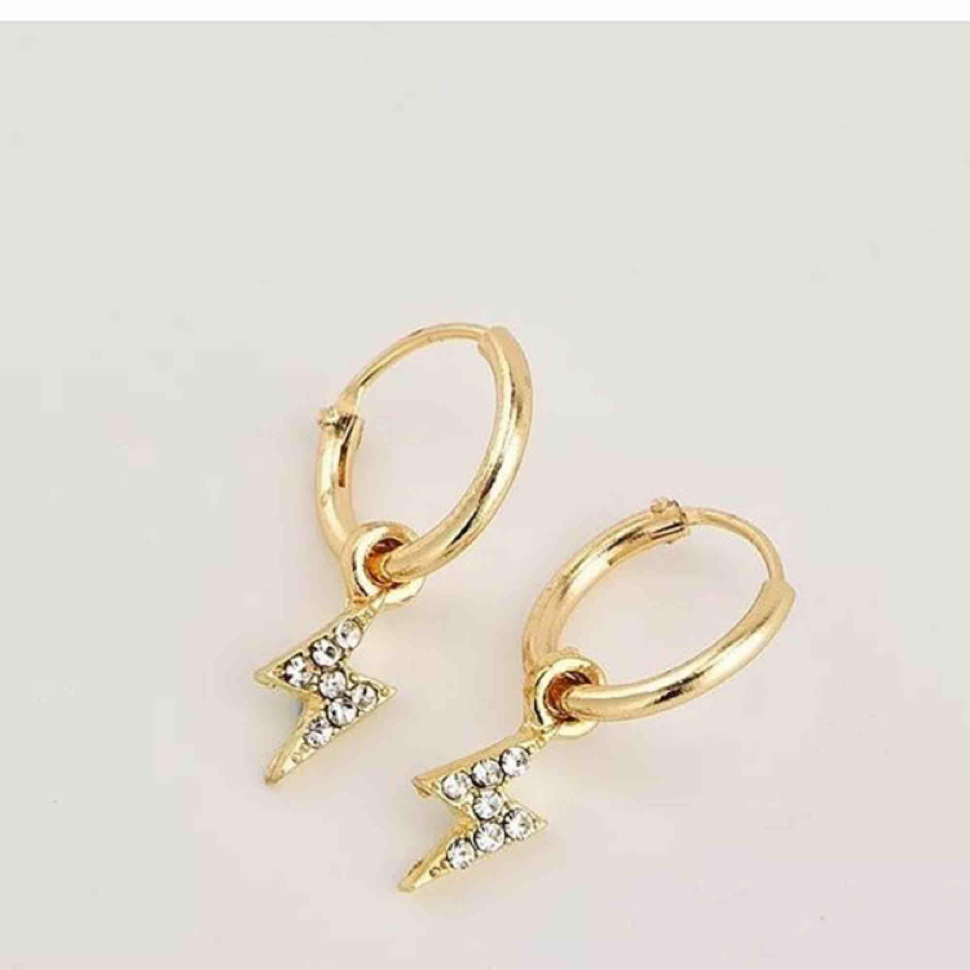 Ett par super populära örhängen från byanastasia, helt oanvända då jag endast använder smycken i silver.  Dessa har även utgått från hennes sortiment.. Accessoarer.