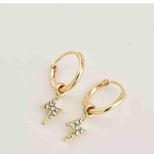 Ett par super populära örhängen från byanastasia, helt oanvända då jag endast använder smycken i silver.  Dessa har även utgått från hennes sortiment.
