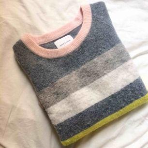 Fin stickad tröja från Samsøe Samsøe i storlek S. Innehåller alpacka och ull. Jättemjuk och fin kvalitét. Lite svårt att fånga modellen på bild men den är lagom boxig medan ärmarna är vanlig fit.
