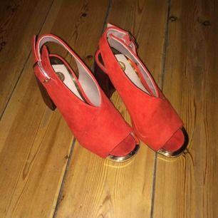 Skitsnygga röda klackar, passar både fina event med klänning och en vanlig festkväll med jeans och tisha! Köpta i London. Använda vid två tillfällen! Storlek 35