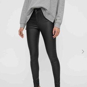 """Vero modas populära jeans i skinn/läderimitation! Storleken är XS och längden är 32! Köpta för 399 och dem är väldigt sparsamt använda, inga """"skador""""!! Köpare betalar frakt och det är bara att skriva för mer bilder/frågor!☺️🦖✌🏼"""