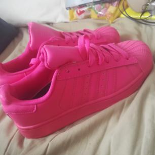 Rosa adidas sneakers. Aldrig använda. Som nya.
