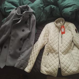 Två sparsamt använda jackor, den beiga är aldrig använd och har prislappen kvar. Den beiga är storlek M och den gråa storlek 38.   250 kr styck.
