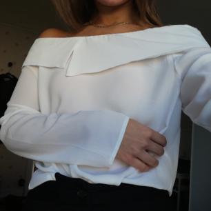 Off shoulder blus från Gina Pris kan diskuteras vid snabb affär
