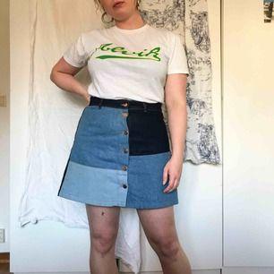 En kort jeanskjol med patchwork i olika nyanser av denim samt knäppning fram. Kjolen är i använt men gott skick. Köparen står för frakt ⚡️