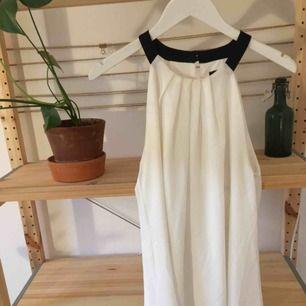 Coctailklänning, är 164 och den går lite ovanför knäna. Ej genomskinlig och från butik i USA