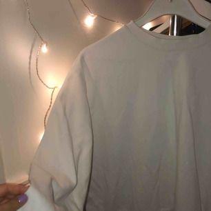 Den perfekta vita collegetröjan från weekday, superskick då den är sparsamt använd💘