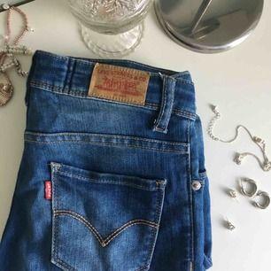 Ett par super snygga Levis byxor, köpta på kidsbrandstore, använda ett få tal gånger. Säljer dom eftersom de är för små🌸Dm för fler bilder