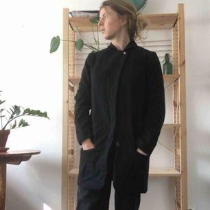 Vinterkappa i rakskrurning, får plats med en tjockare tröja under och duger verkligen åt vinter i Uppsala.