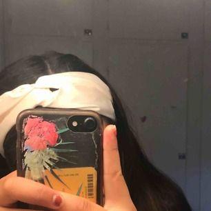 Vitt hårband från asos, helt oanvänd, endast testad på bilden. Frakt tillkommer