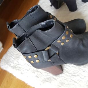 Fina skor som är använda vid fåtal tillfällen. Köpta på din sko. Storlek 38