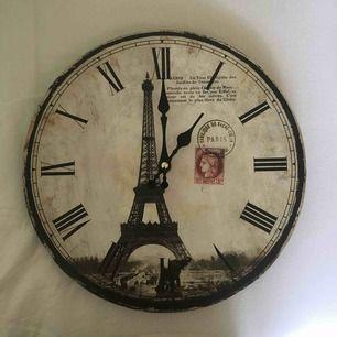 Säljer en helt fungerande klocka med Eiffeltornet som motiv. Den är i lite äldre stil och drivs med ett vanligt AA batteri. Skriv vid ev frågor!