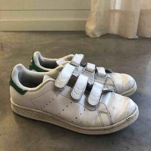 Sneakers från Adidas Stan Smith modellen.  Använda mycket men fortfarande i väldigt bra skick.  Storlek 40