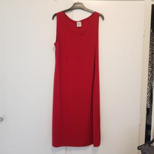 Fin röd klänning som är perfekt till jul. Storlek M i fint använt skick.