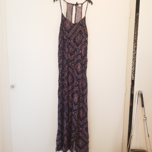 (Endast provad)  Långklänning/maxiklänning från H&M i storlek 38 Säljer då den är alldeles för lång för mig.