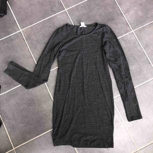 En mörkgrå trikåklänning från h&m i storlek XS. Bra skick, använd ett fåtal gånger. Frakten ingår i priset💫 Köparen står för frakten