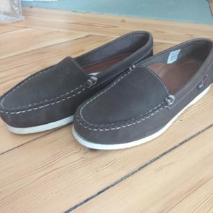 Sea Avenue skor i bra skick.  Skickas mot belastning av frakt eller möts upp i sthlm. Seglarskor som går minst lika fint att använda till vardags.