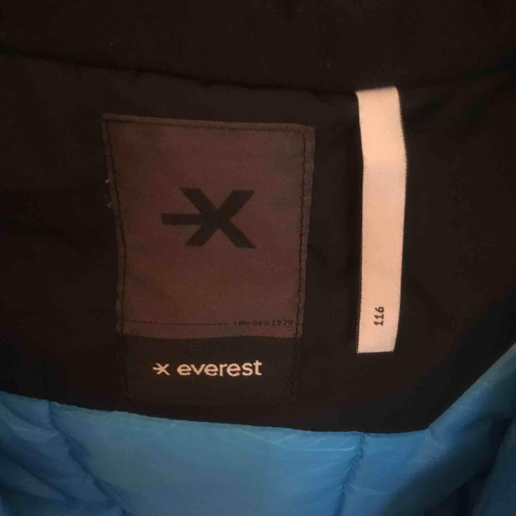 Knappt använd vinteroverall från Everest, storlek 116, fothällor hela. Jackor.