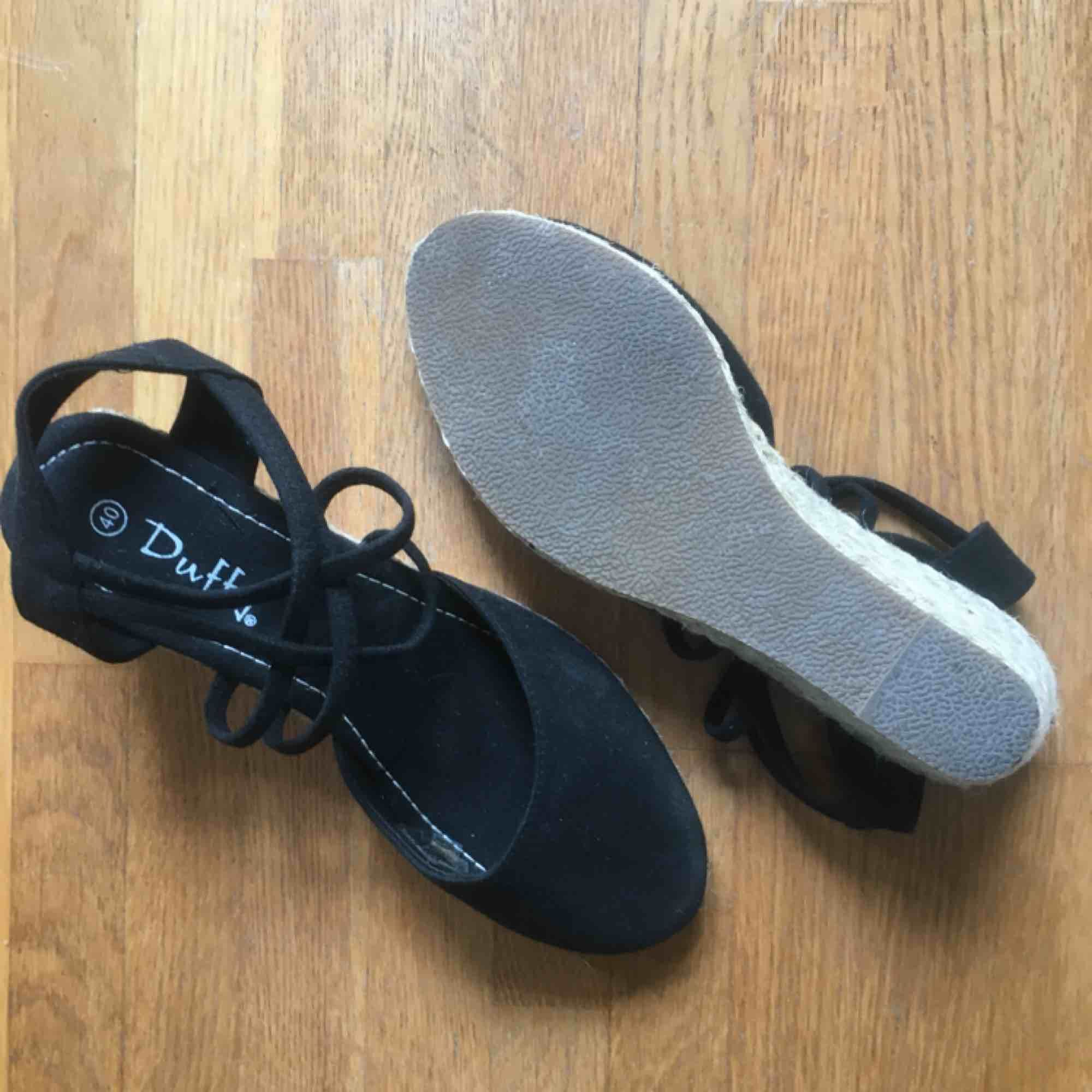 Kilklackssko med bastklack, svarta, storlek 40 (små i storlek), använda en gång. Skor.