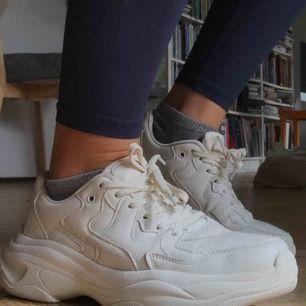 Trendiga och snygga chunky sneakers från Bershka. Endast använda ett fåtal gånger, i bra skick. I strl 40. 💞