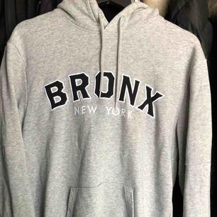 """En tjocktröja från HM med trycket """"Bronx New York"""". Den är i storlek M, grå och mysig. Kan mötas upp eller frakta och köparen står för frakten."""