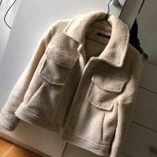 Jätte snygg Teddy jacka ifrån Gina tricot, använt 1 gång så är i väldigt bra skick. Orginalpris : 500 kr