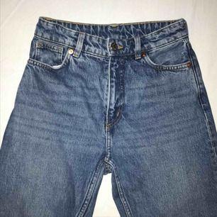 Mom jeans från monki nästan helt nya bara använt några gånger! 80kr frakt