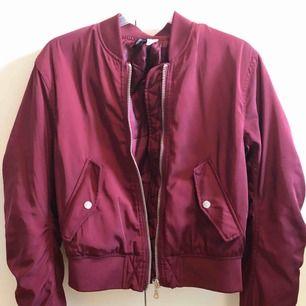 Säljer en bomberjacka köpt från H&M i en höstig vinröd färg | Passar perfekt till höst/vinter då en är något tjockare |Silvriga detaljer | Jackan är sparsamt använd och är därför i mycket bra skick | Köparen står för frakten! 🍂🍁
