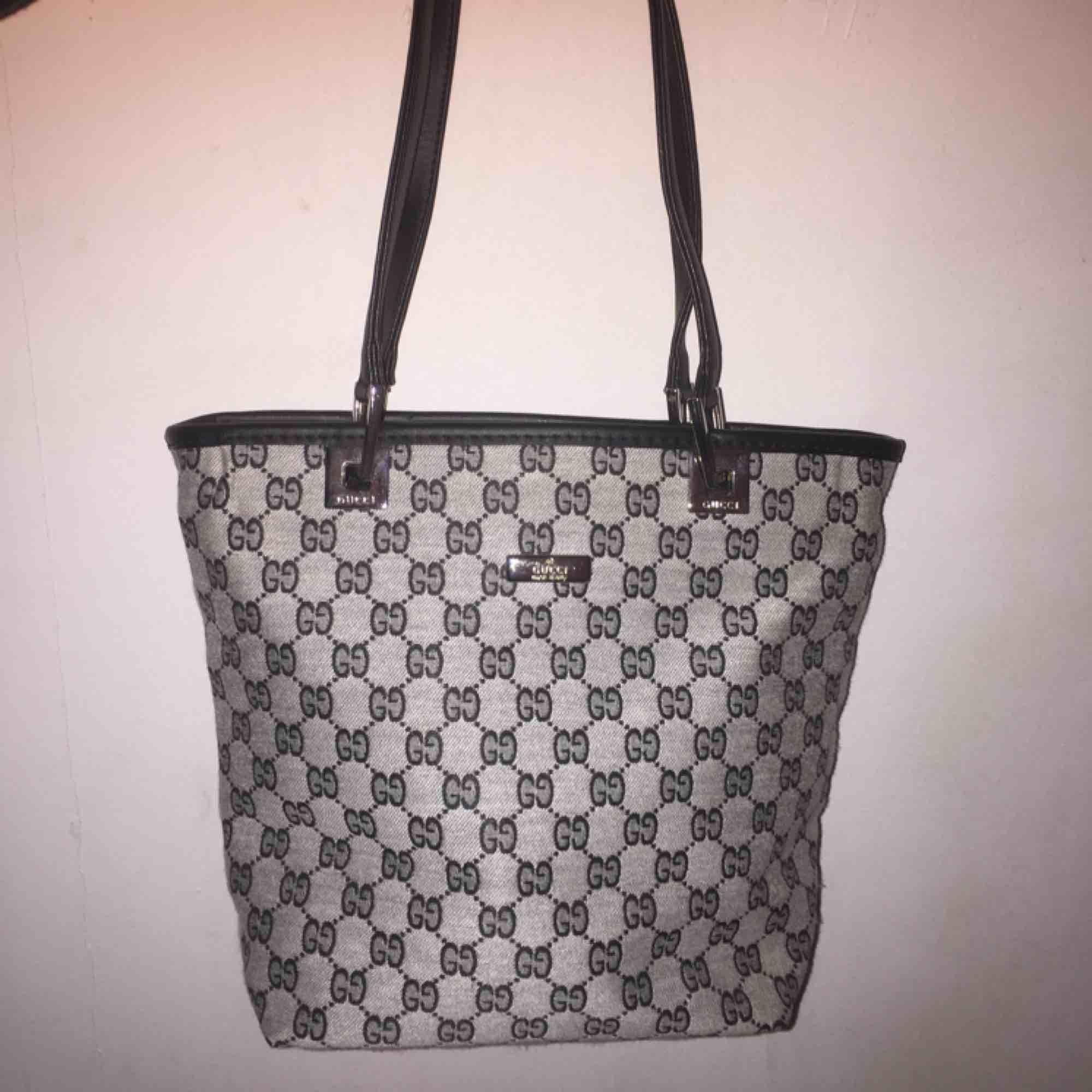 Small non authentic monogram bag, very cute, zipper works. GG. Realistic. Väskor.