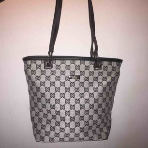 Small non authentic monogram bag, very cute, zipper works. GG. Realistic