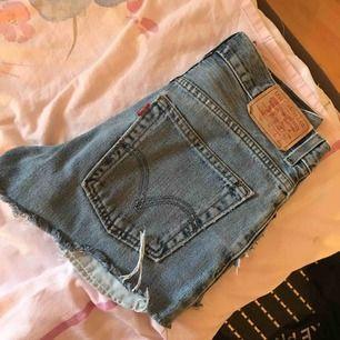 Ljusblå Levis shorts köpta på jfr för 500. För små för mig, Waist 26. Finns en grön fläck på en av fickorna men det går enkelt att vika undan den