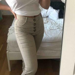 Sjukt snygga rutiga byxor ifrån Zara i storlek M, små i storleken så skulle säga att de egentligen är S. Aldrig använda.