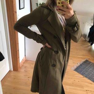 Säljer en militärgrön kappa/trenchcoat som passar perfekt nu till hösten | Köparen står för frakten 🍁🍂