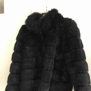 Supersnygg svart fuskpäls- (vinter)jacka från NellyTrend. Sparsamt använd, därav i ett mycket fint skick! Frakt tillkommer!