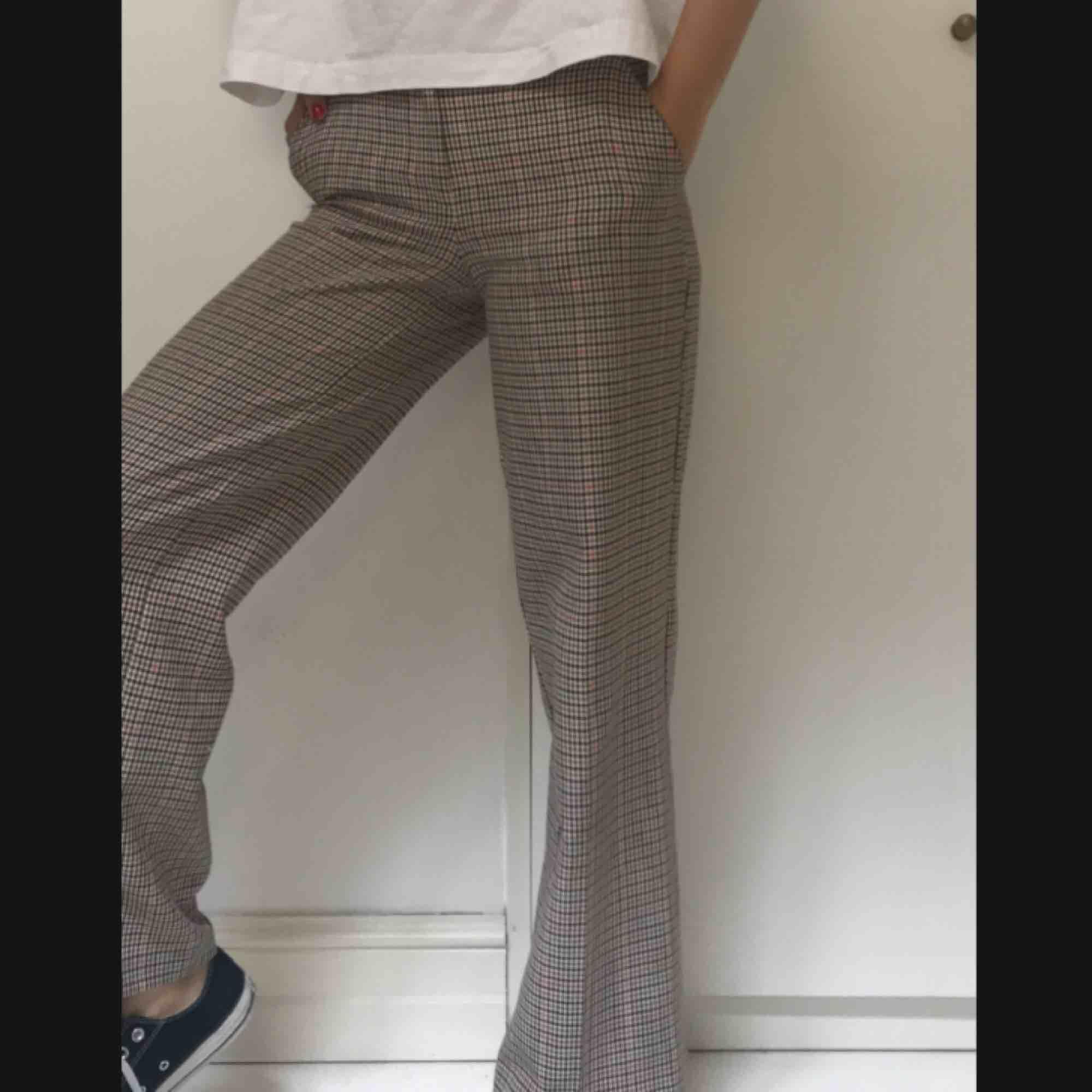 Rutiga vida byxor från primark. Skriv bara så skickar jag fler bilder i dm! Dessa härliga vida kostymbyxor är köpta för ett år sedan på primark.  Inga fläckar eller slitningar.  Strl 32 men funkar för mig som har strl 34/36  #byxor  #primark . Jeans & Byxor.