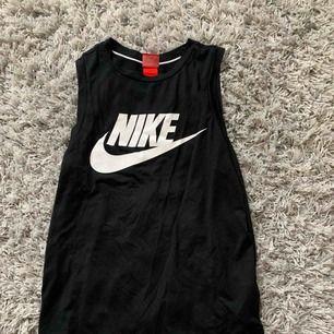 Svart Nike linne köpt för 299 från zalando   Använt en gång men säljs pga inte riktigt min stil    Inkluderar inte frakt och pris kan alltid justeras✨✨✨