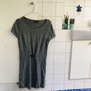 Grå härlig klänning från Massimo Dutti. Material ylle och cashmere. Perfekt nu till hösten 🍁 Pris inklusive frakt :)