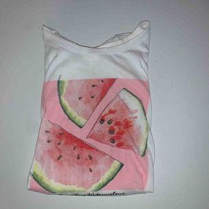 Söt t-shirt från H&m, använd fåtal gånger. Frakten är inkluderad i priset:)