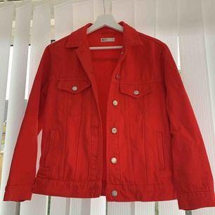 Oversized Röd jeansjacka med silvriga knappar