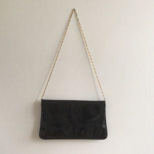 En superfin väska med en hyfsat kort guldkedja (passar bäst att ha hängandes på ena axeln). Den har lite repor som bara syns på nära håll.  Frakt förekommer annars möts jag upp i stockholm🦋