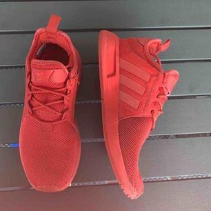 Röda adidas skor som är fåtal gånger använda. Sköna skor som är enkla att få på