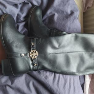 Tory Burch höga kängor/boots. Helt oanvända och fina. Kostade över 5000 som nya.